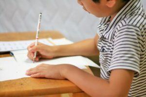 勉強している男の子